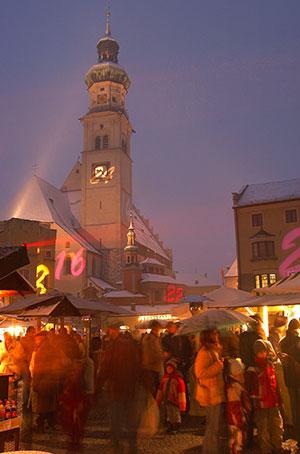 Orig-haller-christkindlmarkt-mit-pfarrkirche-a