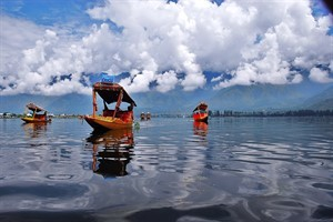 Shikara_in_Dal_Lake_in_Kashmir_300x200
