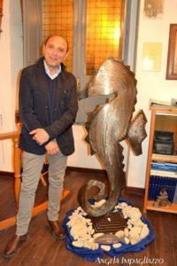l'artista Felice Meo e il suo Cavalluccio marino - Foto Impagliazzo